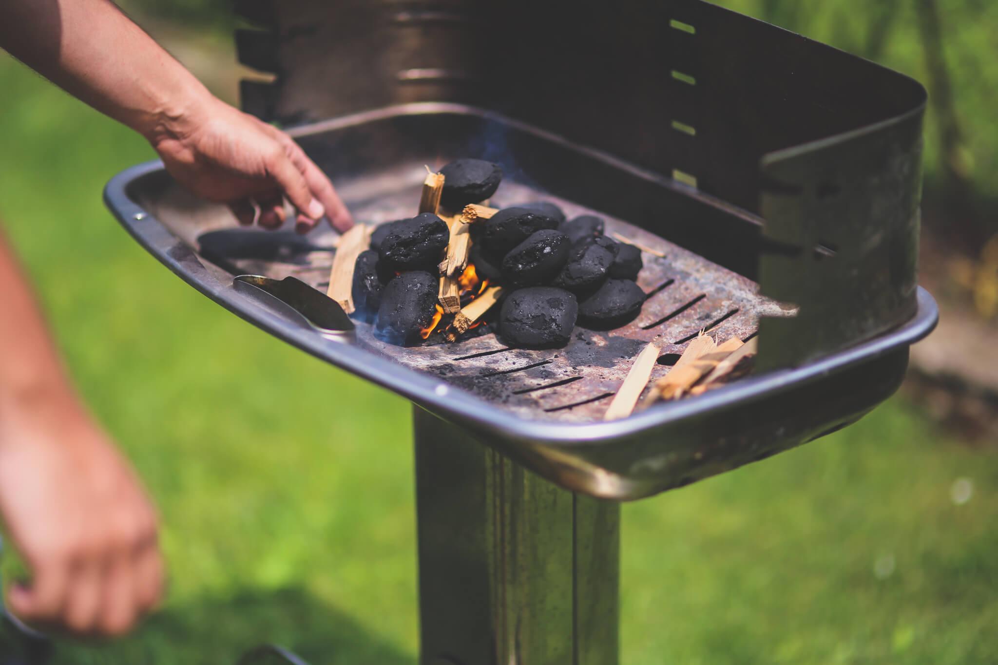 Holzkohlegrill anfeuern mit holz und kohle burgerpressen for Holzkohlegrill test